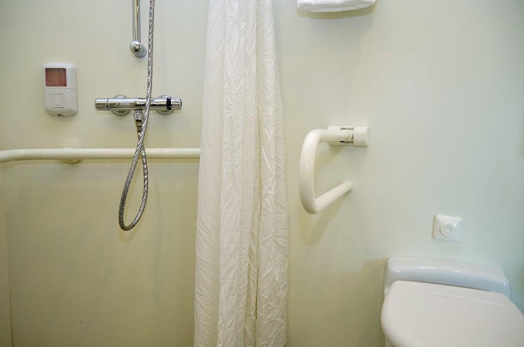 installation de cabine de douche PMR à Paris 15e | Aux Bâtisseurs Parisiens