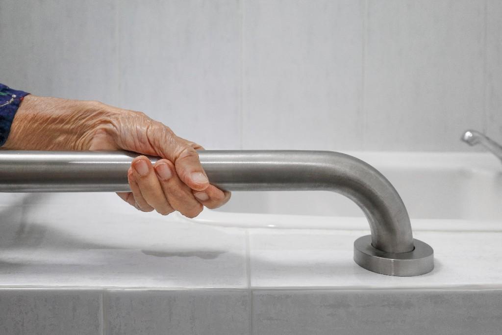 aménagement de salle de bain pour sénior à Paris 15e | Aux Bâtisseurs Parisiens