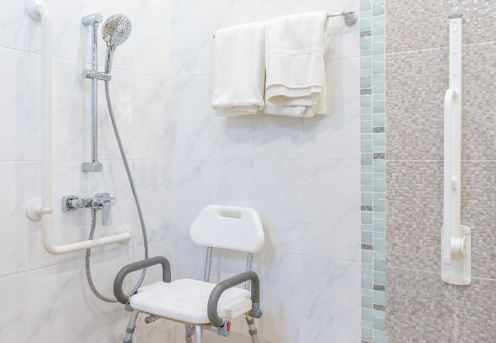 installation de cabine de douche PMR près de Paris 15e | Aux Bâtisseurs Parisiens