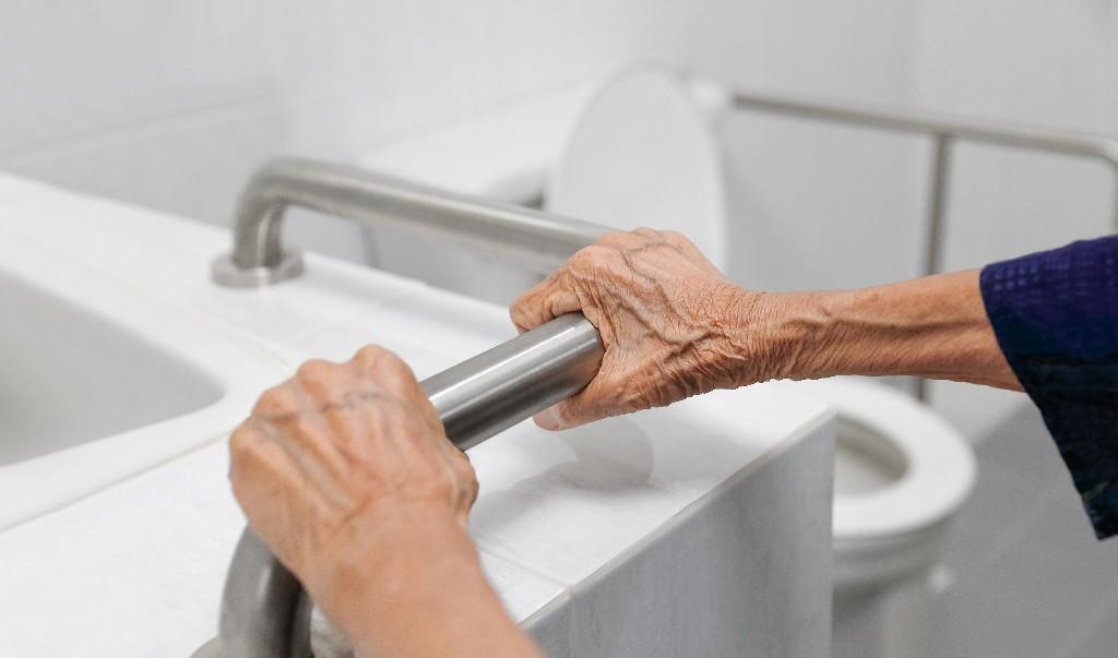 salle de bain pour sénior à Paris 15e | Aux Bâtisseurs Parisiens