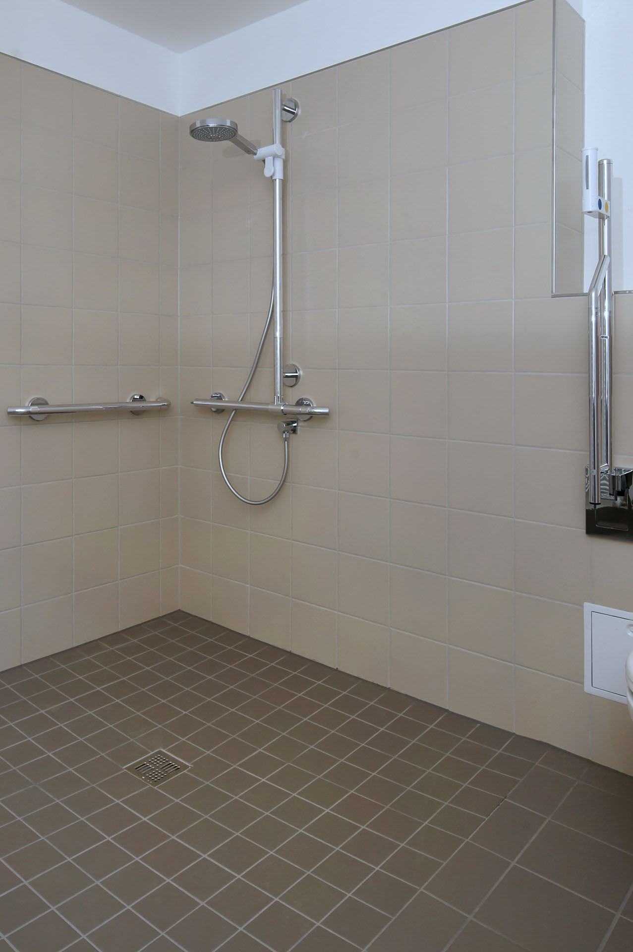 Aménagement de salle de bain PMR près de Paris 15e | Aux Bâtisseurs Parisiens